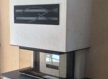 Cheminée en pierre blanche et granit avec foyer 895-3V