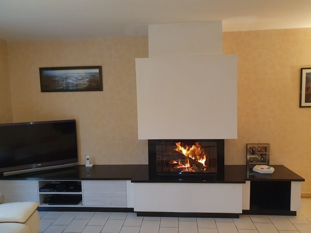Cheminée en pierre blanche et granit avec foyer 790-3V PR